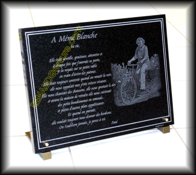 Plaque mortuaire avec photo d'une dame sur son vélo