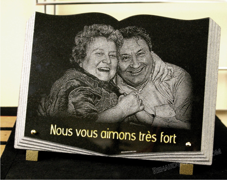 Plaque funéraire livre en granit avec photo de couple