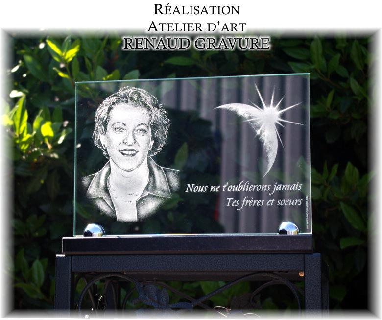 Portrait de la défunte gravé sur une plaque funeraire en verre
