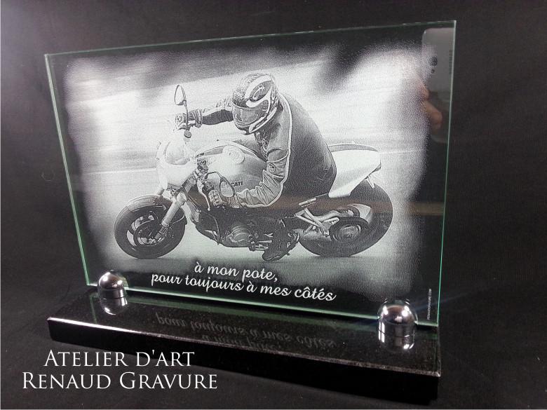Plaque en verre gravé avec un motard et une épitaphe