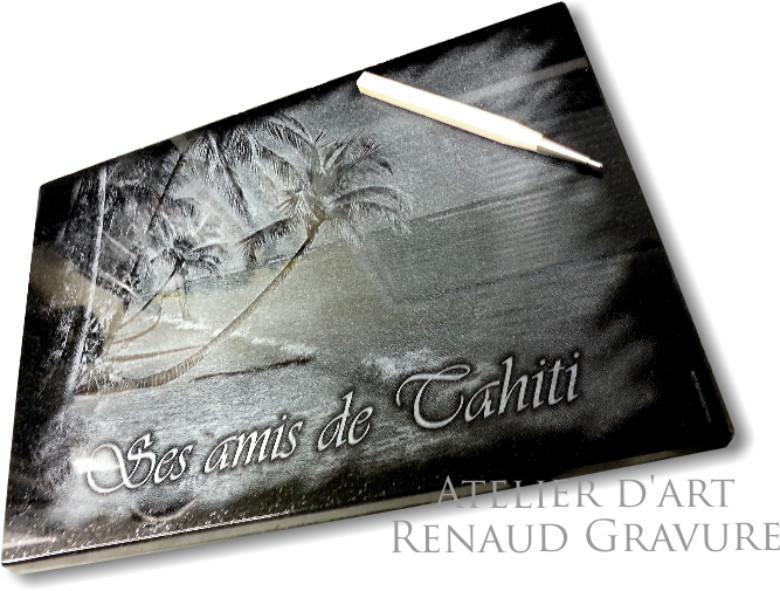 Une très belle plaque funéraire à Tahiti et polynésie française