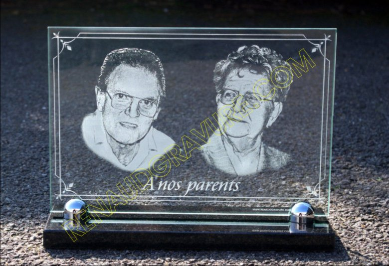 Two portraits of the deceased engraved on a glass funeral plaque.