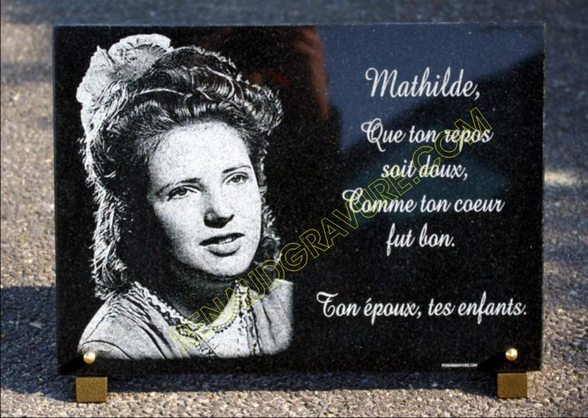Tr�s beau portrait d'une femme grav� sur une plaque fun�raire en granit � personnaliser