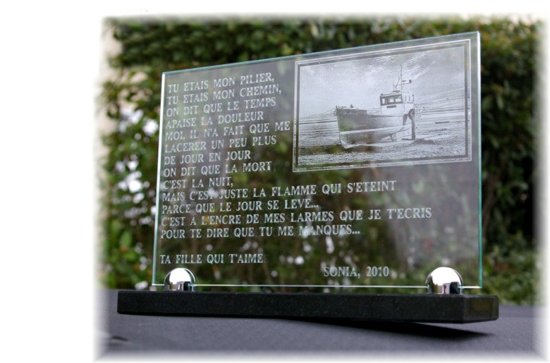 Memorial plaque with boat, engraved glass