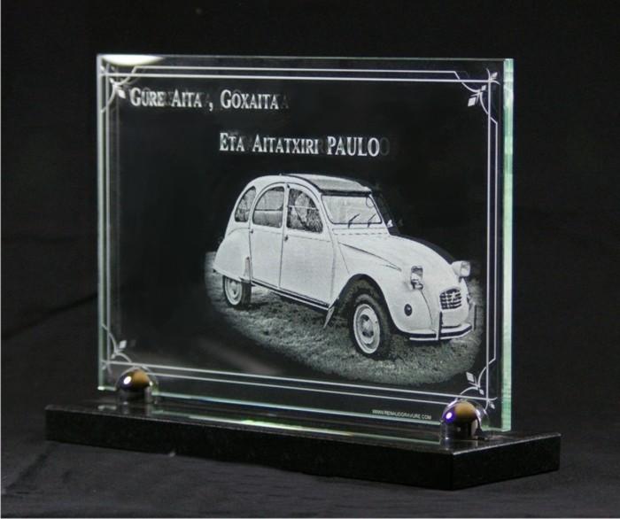 Placa funeraria de vidrio con grabado de un coche antiguo